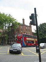 会場前ロンドン名物二階建てバス